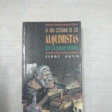 Libros de segunda mano: LA VIDA COTIDIANA DE LOS ALQUIMISTAS EN LA EDAD MEDIA. Lote 146446338