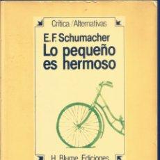 Libros de segunda mano: E. F. SCHUMACHER. LO PEQUEÑO ES HERMOSO. TRAD. OSCAR MARGENET. HERMANN BLUME, BARCELONA 1990.. Lote 195304791
