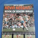 Libros de segunda mano: KEVIN KEEGAN'S BOOK OF SOCCER SKILLS 1980. Lote 155512865