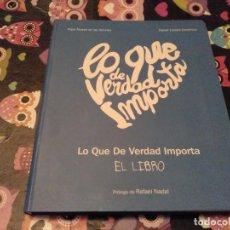 Libros de segunda mano: MAGNIFICO TOMO LO QUE DE VERDAD IMPORTA FIRMADO Y CON DEDICATORIA DEL DIRECTOR PROLOGO RAFAEL NADAL. Lote 158970934