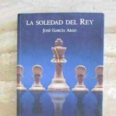 Libros de segunda mano: LA SOLEDAD DEL REY JOSÉ GARCÍA ABAD. LA ESFERA DE LOS LIBROS. 4° EDICIÓN. AÑO 2004. Lote 165579194