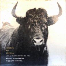 Libros de segunda mano: TOROS DE IBERIA. VIDA Y MUERTE DEL TORO DE LIDIA. ROBERT VAVRA. SEVILLA, 1973.. Lote 166922640