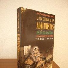 Libros de segunda mano: SERGE HUTIN: LA VIDA COTIDIANA DE LOS ALQUIMISTAS EN LA EDAD MEDIA (TEMAS DE HOY, 1989) PERFECTO. Lote 167525620