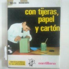 Libros de segunda mano: CON TIJERAS, PAPEL Y CARTÓN - WILLI ROMMEL. ENCICLOPEDIA DE LAS AFICIONES. SANTILLANA. TDK385. Lote 170865820