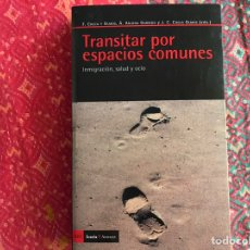 Libros de segunda mano: TRANSITAR POR ESPACIOS COMUNES. INMIGRACIÓN SALUD Y OCIO. F. CHECA Y OLMOS. BUEN ESTADO. Lote 171968338