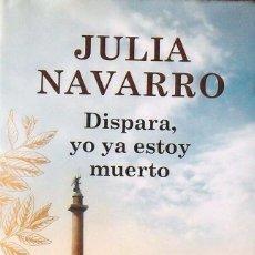 Libros de segunda mano: JULIA NAVARRO. DISPARA, YO YA ESTOY MUERTO. PLAZA JANÉS. 2013. PRIMERA EDICIÓN. 907 PÁGINAS.. Lote 172091850