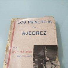 Libros de segunda mano: LOS PRINCIPIO DEL AJEDREZ. DR. R. REY ARDID. ZARAGOZA, 1942. TERCERA EDICIÓN. INTONSO MÁS DE MITAD.. Lote 172512552