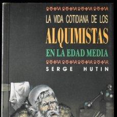 Libros de segunda mano: LA VIDA COTIDIANA DE LOS ALQUIMISTAS EN LA EDAD MEDIA. HUTIN, SERGE. Lote 172785754
