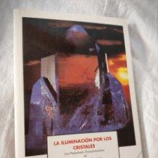 Libros de segunda mano: LA ILUMINACIÓN POR LOS CRISTALES: LAS PROPIEDADES TRANSFORMADORAS DE CRISTALES Y PIEDRAS CURATIVAS. Lote 172841675