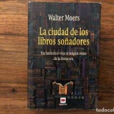 Libros de segunda mano: LA CIUDAD DE LOS LIBROS SOÑADORES. WALTER MOERS. UN FANTÁSTICO VIAJE AL MUNDO DE LA LITERATURA.. Lote 175070234