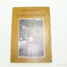 Libros de segunda mano: LA VIDA DELS PASTORS. SALVADOR VILARRASA I VALL. MUSEU FOLKLORIC DE SANT PERE DE RIPOLL.1981. RIPOLL. Lote 175270279
