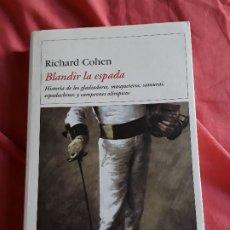 Libros de segunda mano: BLANDIR LA ESPADA, DE RICHARD COHEN. ESGRIMA. EXCELENTE ESTADO. DESTINO, 2003. RARISIMO.. Lote 175519667