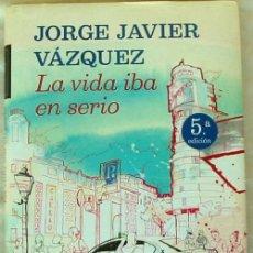 Libros de segunda mano: LA VIDA IBA EN SERIO - JORGE JAVIER VÁZQUEZ - ED. PLANETA 2012 - VER DESCRIPCIÓN. Lote 176693859