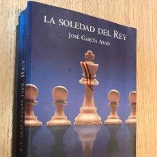 Libros de segunda mano: LA SOLEDAD DEL REY - JOSÉ GARCÍA ABAD. Lote 176822020