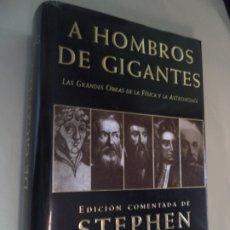 Libros de segunda mano: A HOMBROS DE GIGANTES EDICION COMENTADA DE STEPHEN HAWKING CRITICA COMO NUEVO SIN USO. Lote 178725041