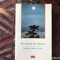 Libros de segunda mano: EN BRAZOS DEL AMADO. STEPHEN Y ONDREA LEVINE. DIFÍCIL. COMO NUEVO. Lote 178916537