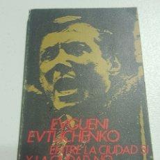 Libros de segunda mano: ENTRE LA CIUDAD SI Y LA CIUDAD NO - EVGUENI EVTUCHENKO - TDK148. Lote 180206873