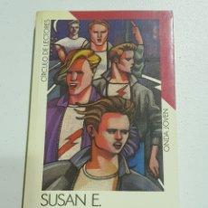 Libros de segunda mano: SUSAN HINTON - REBELDES - TDK135. Lote 180509663