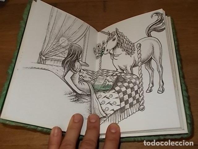 Libros de segunda mano: MI DIARIO DE UNICORNIOS . SUSAETA EDICIONES. CUBIERTA : SEYMOUR SCHACHTER. DIBUJOS : JULIE BERSON - Foto 4 - 181352388