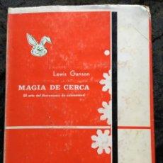 Libros de segunda mano: MAGIA DE CERCA - EL ARTE DEL ILUSIONISMO DE SOBREMESA - LEWIS GANSON -ILUSTRADO - CON SOBRECUBIERTA. Lote 187115097