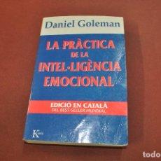 Libros de segunda mano: LA PRÀCTICA DE LA INTEL·LIGÈNCIA EMOCIONAL - DANIEL GOLEMAN - IDIOMA CATALÀ - AJB. Lote 194505596