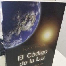 Libros de segunda mano: EL CÓDIGO DE LA LUZ EL PODER TERÁPÉUTICO DE LA LUZ SOLAR - LUMERA, DANIEL. Lote 194629481