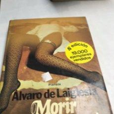 Libros de segunda mano: LIBRO - MORIR CON LAS MEDIAS PUESTAS - ALVARO DE LAIGLESIA. Lote 195084486