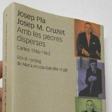 Libros de segunda mano: AMB LES PEDRES DISPERSES - JOSEP PLA, JOSEP M. CRUZET. Lote 195381597