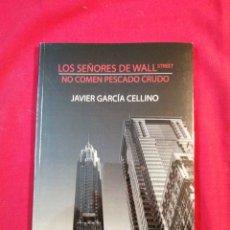 Libros de segunda mano: LOS SEÑORES DE WALL STREET NO COMEN PESCADO CRUDO. JAVIER GARCIA CELLINO. LA FELGUERA. Lote 195499685