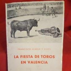 Libros de segunda mano: LA FIESTA DE TOROS EN VALENCIA DE FCO. ALMELA VIVES, 1962, 93 PÁG.. Lote 208022243