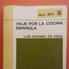 Libros de segunda mano: VIAJE POR LA COCINA ESPAÑOLA. LUIS ANTONIO DE VEGA. LIBRO RTV. EDITORIAL SALVAT. Lote 211400136