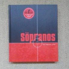 Libros de segunda mano: THE SOPRANOS THE COMPLETE BOOK HEADLINE HBO 2007 LIBRO EN INGLÉS CON FOTOGRAFÍAS DE LAS 6 TEMPORADAS. Lote 212219013