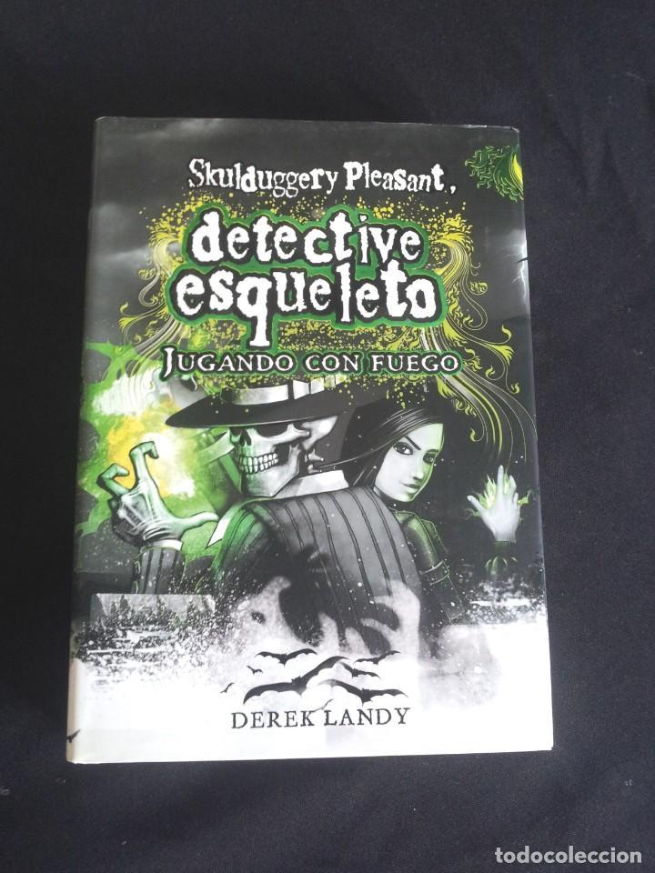 Libros de segunda mano: DEREK LANDY - SKULDUGGERY PLEASANT, DETECTIVE ESQUELETO (5 LIBROS) - EDICIONES SM 2007/11 - Foto 2 - 212482520