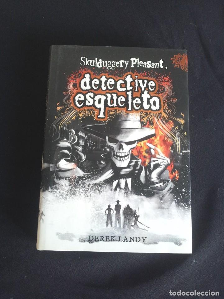 Libros de segunda mano: DEREK LANDY - SKULDUGGERY PLEASANT, DETECTIVE ESQUELETO (5 LIBROS) - EDICIONES SM 2007/11 - Foto 4 - 212482520
