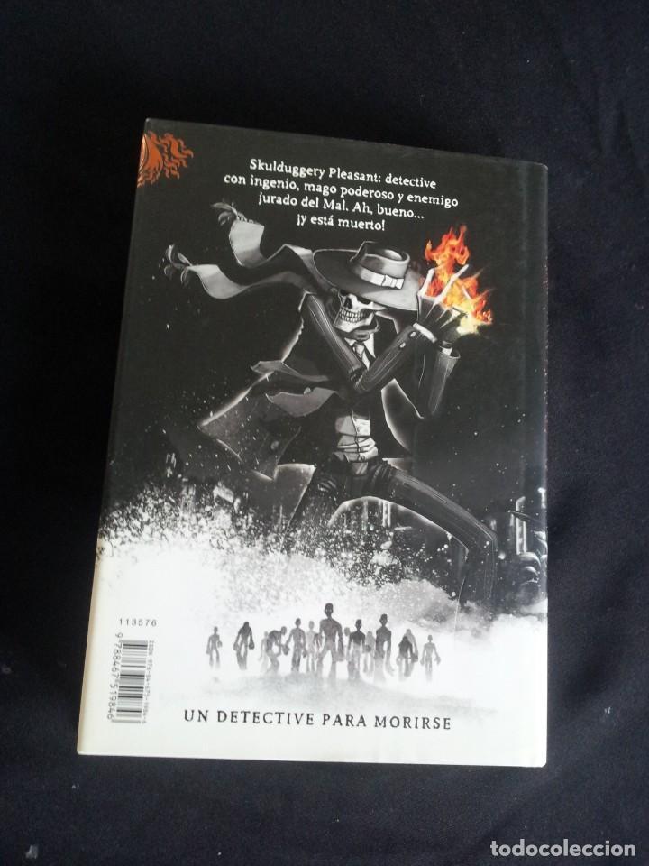 Libros de segunda mano: DEREK LANDY - SKULDUGGERY PLEASANT, DETECTIVE ESQUELETO (5 LIBROS) - EDICIONES SM 2007/11 - Foto 5 - 212482520