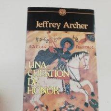 Libros de segunda mano: UNA CUESTIÓN DE HONOR. Lote 214312835