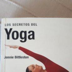 Libros de segunda mano: LOS SECRETOS DEL YOGA - JENNIE BITTLESTON. Lote 217120290