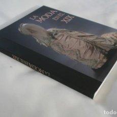 Libros de segunda mano: LIBRO CATÁLOGO EXPOSICION LA MODA EN EL SIGLO XIX – HISTORIA VESTIDOS MODISTAS JOYAS…. Lote 217560170