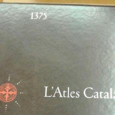Libros de segunda mano: L'ATLAS CATALA 1375 ESTUCHE CON UN LIBRO EL MON I ELS DIES Y RETABLOS A TODO COLOR. Lote 221824002