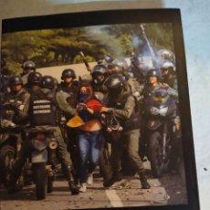 Libros de segunda mano: SANGRE Y ASFALTO: 135 DÍAS EN LAS CALLES DE VENEZUELA DE CAROL PRUNHUBER, KALATHOS. Lote 222847536