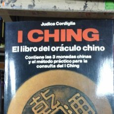 Libri di seconda mano: I CHING. EL LIBRO DEL ORÁCULO CHINO (BARCELONA, 1985) CONTIENE LAS 3 MONEDAS CHINAS. Lote 224510250