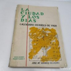 Libros de segunda mano: JOSÉ Mª ÁLVAREZ BLAZQUEZ LA CIUDAD Y LOS DÍAS CALENDARIO HISTÓRICO DE VIGO Q3975T. Lote 226259752