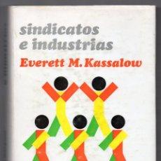 Libros de segunda mano: SINDICATOS E INDUSTRIAS. EVERETT M. KASSALOW. TAPA DURA CON SOBRECUBIERTA. 1973. Lote 228138237