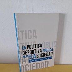 Libros de segunda mano: JUAN DE LA CRUZ VAZQUEZ - LA POLITICA DEPORTIVA PUBLICA BASADA EN ALA SOCIEDAD - DEDICADO. Lote 229506975