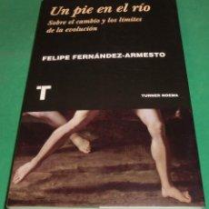 Livros em segunda mão: UN PIE EN EL RÍO. SOBRE EL CAMBIO Y LOS LÍMITES DE LA EVOLUCIÓN - FELIPE FERNÁNDEZ-ARMESTO. Lote 231047460