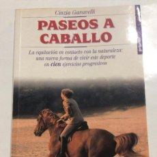 Libros de segunda mano: PASEOS A CABALLO CINZIA GARAVELLI. Lote 237783525