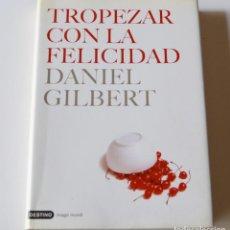 Libros de segunda mano: TROPEZAR CON LA FELICIDAD - DANIEL GILBERT. Lote 240487325