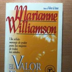 Libros de segunda mano: EL VALOR DE LO FEMENINO. MARIANNE WILLIAMSON. EDITORIAL URANO. ESPIRITUALIDAD.. Lote 250253285