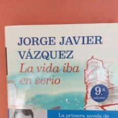 Libros de segunda mano: LA VIDA IBA EN SERIO. JORGE JAVIER VÁZQUEZ. EDITORIAL PLANETA.. Lote 262386000