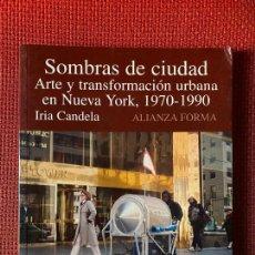 Libros de segunda mano: SOMBRAS DE CIUDAD. ARTE Y TRANSFORMACIÓN URBANA EN NUEVA YORK, 1970-1990. I. CANDELA. ALIANZA.. Lote 263554120